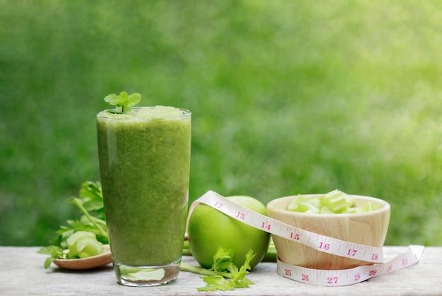 Succo di sedano in vetro per una sana alimentazione con fibra