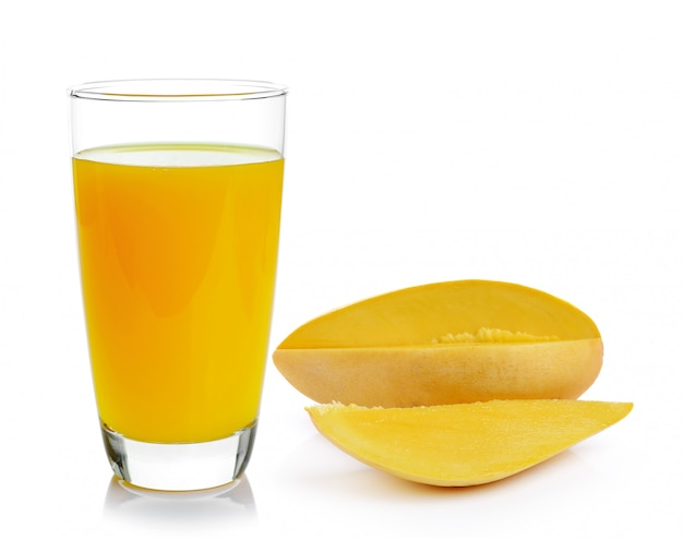 Succo e mango di mango sulla parete bianca