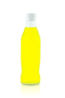 Succo in una bottiglia di vetro. isolato su sfondo bianco, ritaglio parte