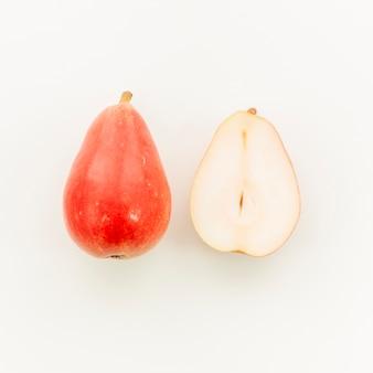 Succosa pera rossa e tagliata a metà pera