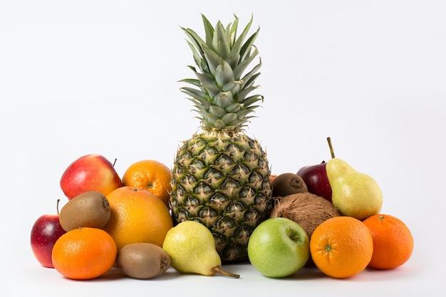 Succoso maturo fresco saporito di frutti variopinti su uno scrittorio bianco