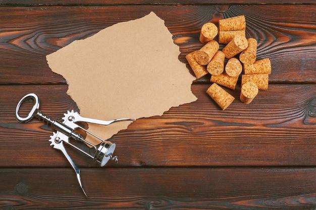 Sugheri del vino con la cavaturaccioli sulla tavola di legno