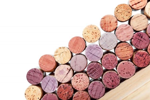 Sugheri del vino isolati su fondo bianco. tappi multicolori da bottiglie di vino bianco e rosso.