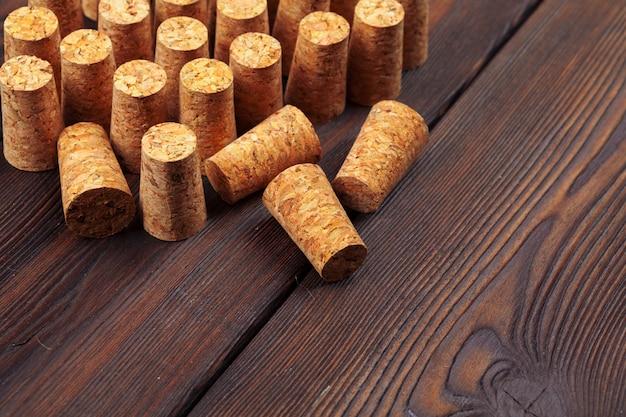Sugheri del vino sulla tavola di legno