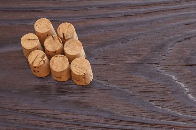 Sughero del vino su un fondo di legno. copia spazio. grappolo d'uva