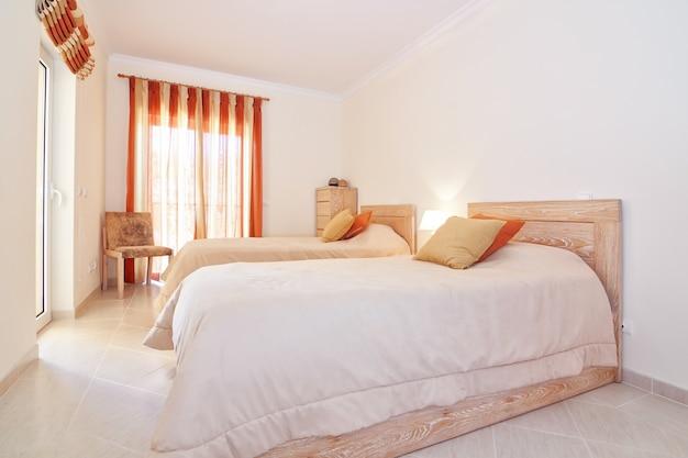 Suite moderna camera da letto classica. nei colori caldi.