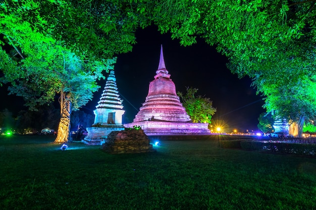 Sukhothai co lamplighter loy kratong festival presso il parco storico di sukhothai in thailandia