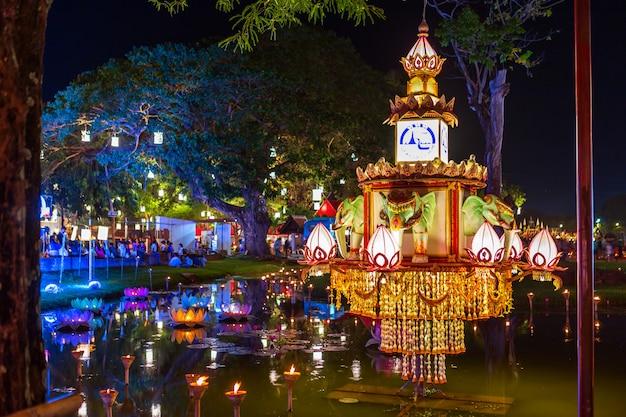 Sukhothai co lamplighter loy kratong festival presso le coperture del parco storico di sukhothai