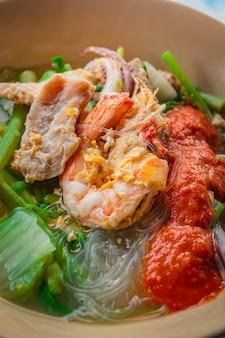 Suki in brodo misto di frutti di mare con vermicelli e verdure.