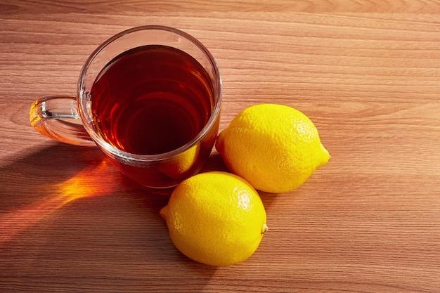Sul tavolo una tazza di tè con vista dall'alto di limoni