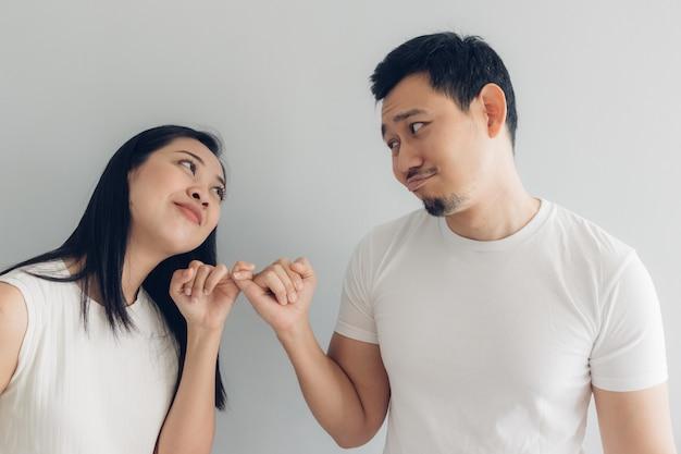 Sulk e riconciliare amante di coppia in t-shirt bianca e grigia