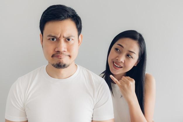 Sulk e riconciliare amante di coppia in t-shirt bianca