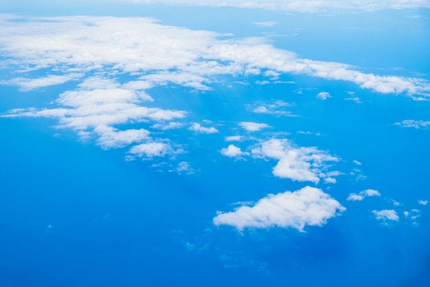 Sull'alto cielo nuvoloso