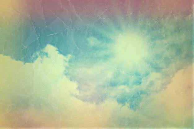 Sullo sfondo del cielo azzurro con soffici nuvole bianche con effetto vintage