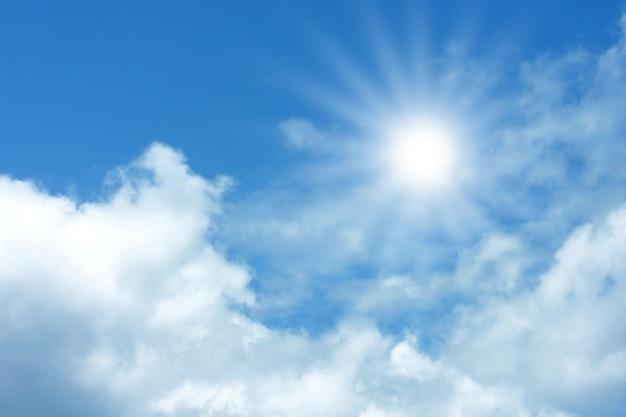 Sullo sfondo del cielo azzurro con soffici nuvole bianche