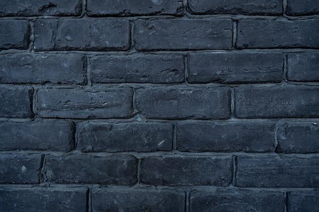 Sullo sfondo di un vecchio muro di mattoni d'epoca