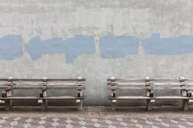 Sullo sfondo di un vecchio muro dipinto di grigio. priorità bassa invecchiata della parete della via, struttura.