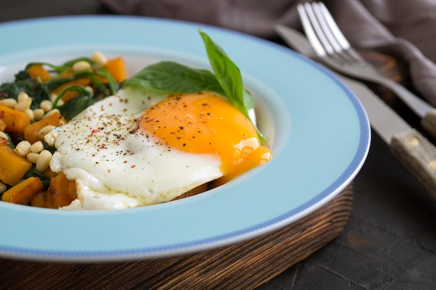 Sunny side up uovo con spinaci e zucca.