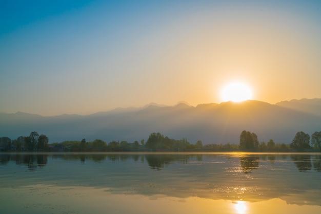 Sunrise sul lago di dal, kashmir india.