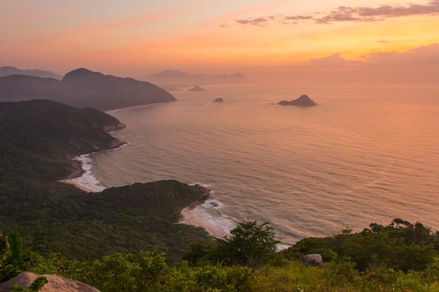 Sunrise visto dalla cima della pietra del telegrafo a rio de janeiro.