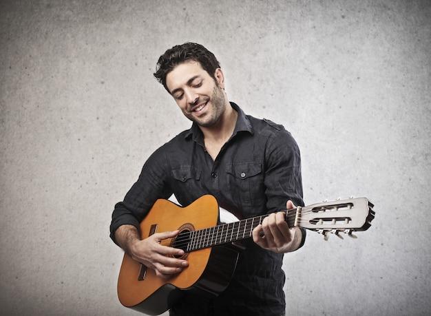 Suonare una chitarra
