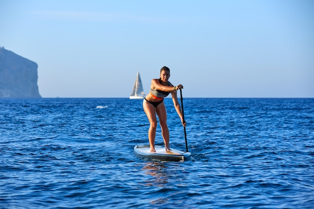 Sup stand up surf girl con pagaia