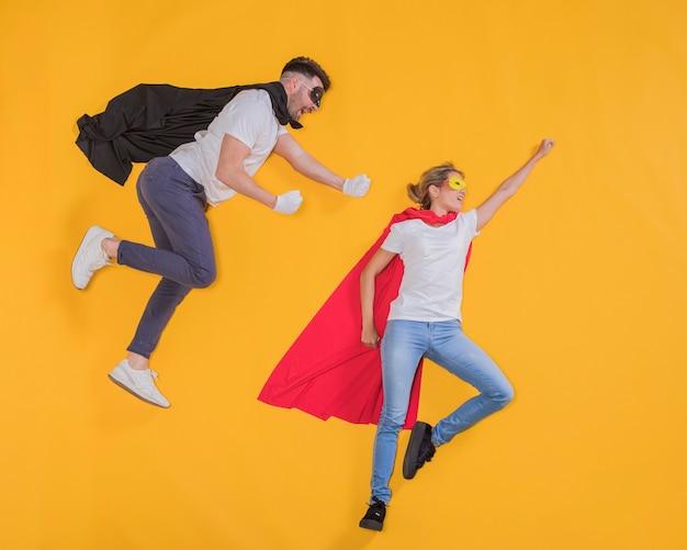 Supereroi che volano attraverso il cielo