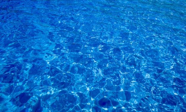Superficie blu del mare con le onde