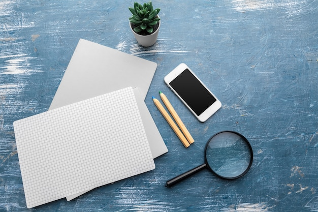 Superficie del tavolo posto di lavoro minimalista. disteso, copia spazio