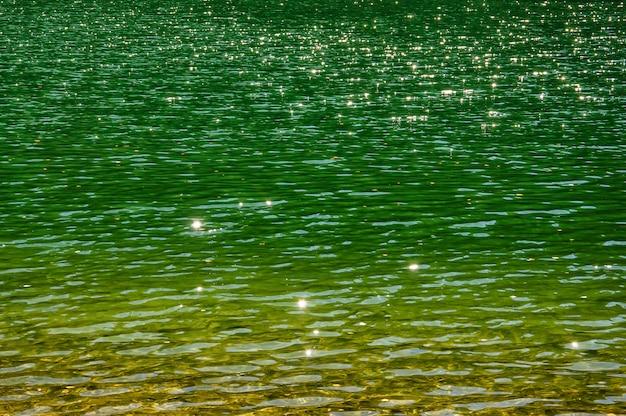 Superficie dell'acqua con stelle e increspature