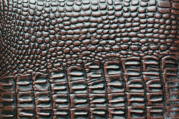 Superficie della borsa in pelle di coccodrillo marrone.