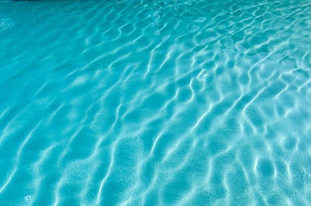 Superficie della piscina blu increspata