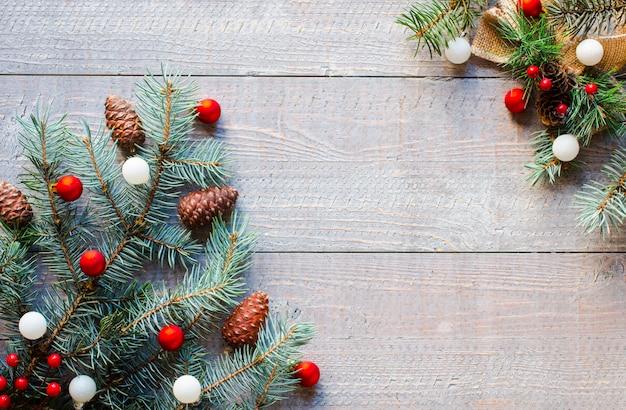 Superficie di festa di natale con ornamenti su superficie di legno rustico.