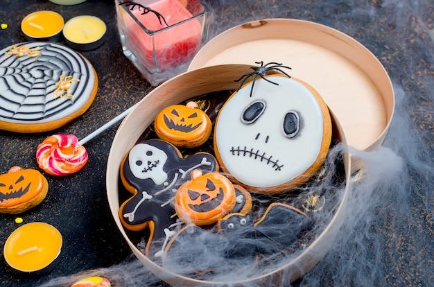 Superficie di halloween con pan di zenzero, zucche e candele