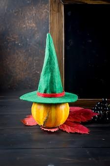 Superficie di halloween con zucche e decorazioni tradizionali