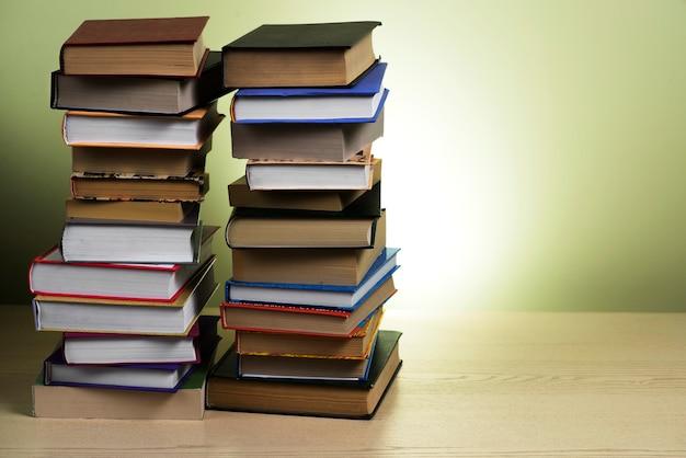 Superficie di legno con due montagne di libri