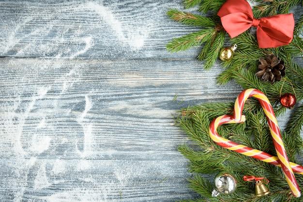 Superficie di legno marrone con decorazioni natalizie festive, copia dello spazio