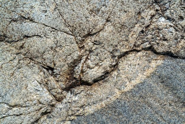 Superficie di pietra incrinata. la trama del granito.