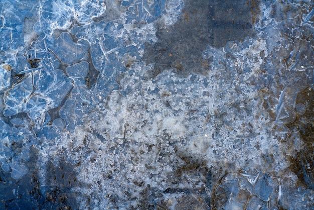 Superficie ghiacciata delle pozzanghere ghiacciate.