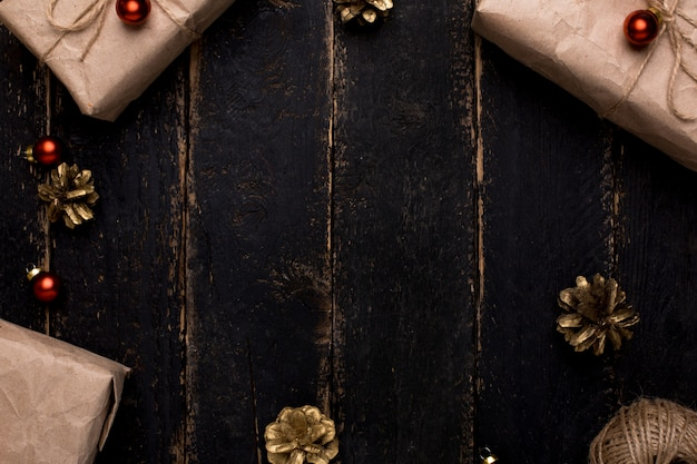 Superficie in legno con regali di natale con decorazioni di capodanno