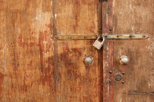 Superficie in legno con serratura retrò arrugginita