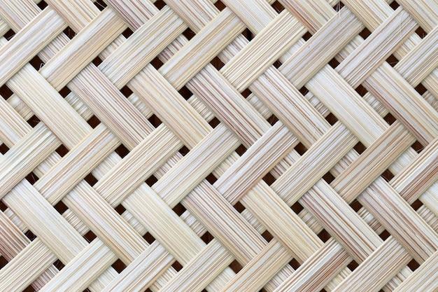 Superficie in legno di bambù di vimini modello in mano.