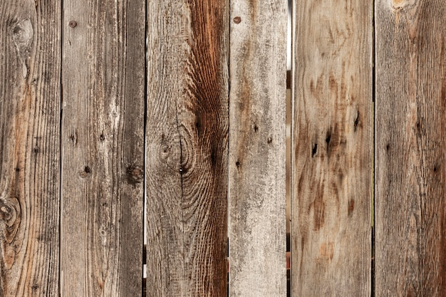 Superficie in legno usurata con chiodi