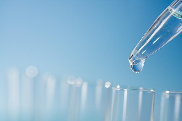 Superficie scientifica con vetreria di laboratorio, spazio testo