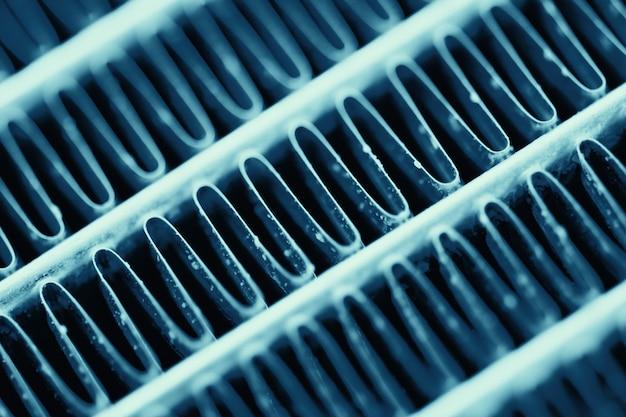 Superficie strutturata in metallo blu diagonale.