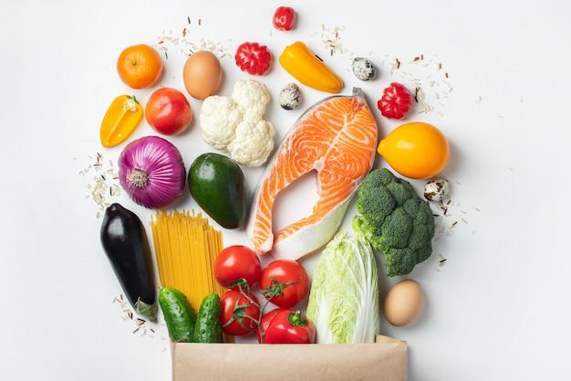 Supermercato. sacchetto di carta pieno di cibo sano.