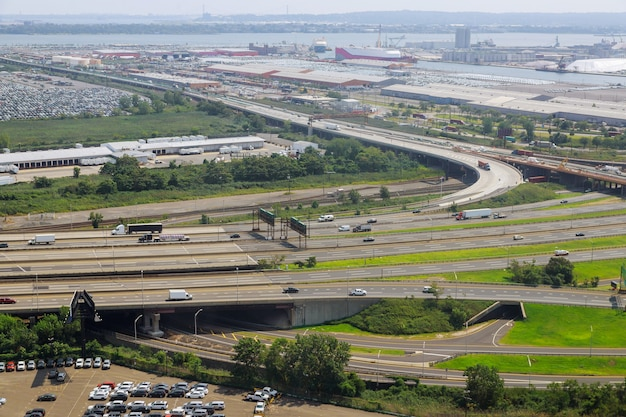 Superstrada sopraelevata la curva del ponte sospeso, strada panoramica vista aerea newark nj usa