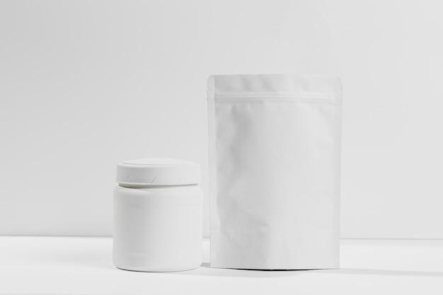 Supplementi di polvere da palestra sulla scrivania