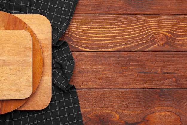Supporto da tavolo in legno sulla tovaglia