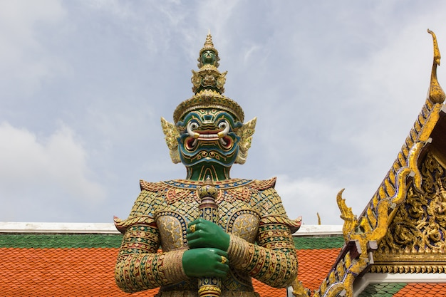 Supporto gigante in wat phra kaew, bangkok, tailandia
